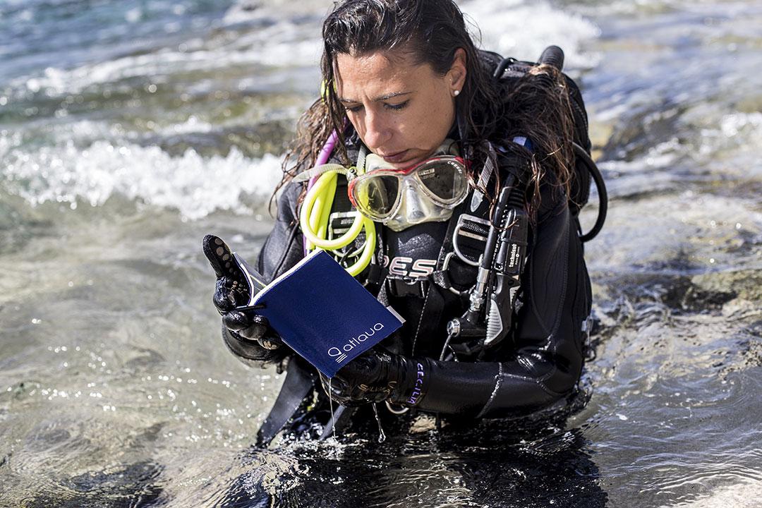 Testimoniana della sub Cecilia Rovelli, ci parla dei taccuini waterproof Atlaua, perfetti per scrivere sott'acqua